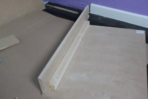 Fixer le panneau supérieur et le latéral à l'aide d'une baguette en bois vissée