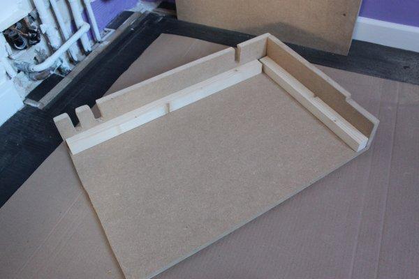 Fixation de la seconde planche sur le panneau latéral