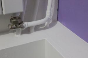 Boucher les trous à l'aide du joint acrylique