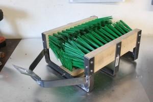Soudez le support d'arrosage sur la structure du gratte botte