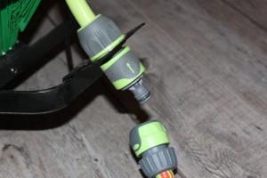 Installez les raccords automatique pour fixer les tuyaux d'arrosage