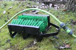 Enfoncez le gratte botte dans le sol pour le maintenir