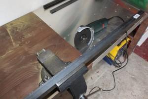 Découpez le profilé fer à l'aide d'une disqueuse
