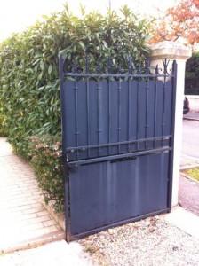 Portail rabattu et maintenu par l'arrêt de portail aimanté