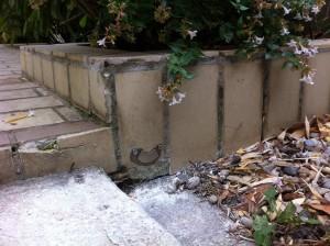 Vissez l'arrêt de portail (aimant) dans le mur