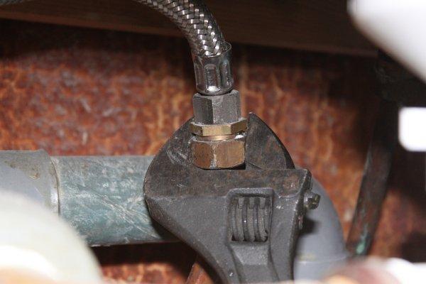 d visser les raccords de tuyau d 39 eau chaude zonetravaux bricolage d coration outillage. Black Bedroom Furniture Sets. Home Design Ideas