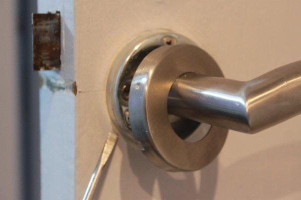 Retirer le cache de la poign e de porte changer for Cache porte