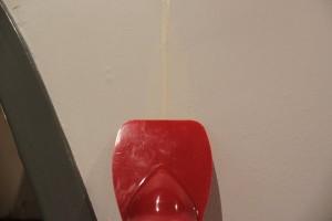 Égaliser la surface de la fissure avec la spatule ou un couteau à enduire