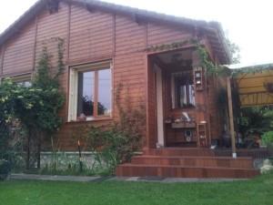 Pose bardage bois sur l'extérieur de la maison