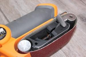 Changer la bande de ponçage de la Ponceuse à bande compacte TRITON TCM BS