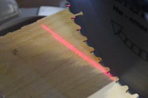 Les lasers permettent de vérifier l'emplacement de la coupe et la largeur de la lame