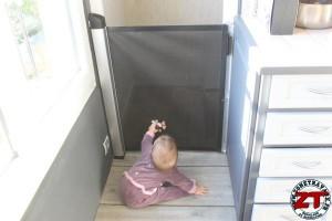 Installer barrière sécurité bébé Lascal (26)
